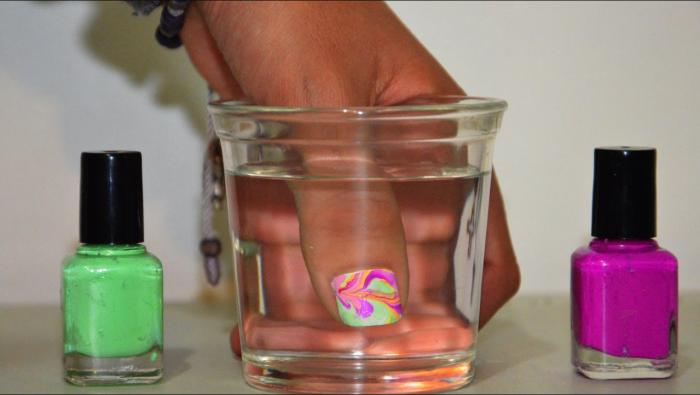 uñas pintadas con ayuda del agua