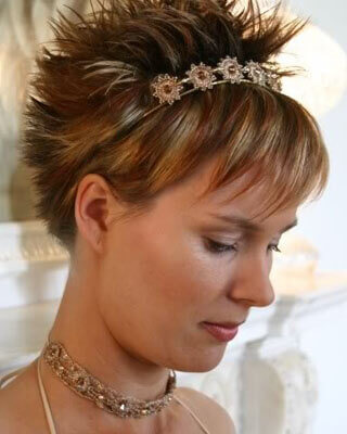 Adorna con alguna tiara. peinados de bodas con flequillos