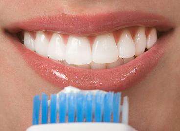 agua oxigenada para aclarar los dientes