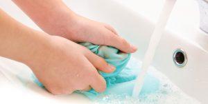 como eliminar las manchas en la ropa