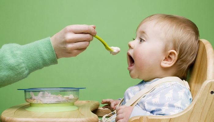 ¿Cómo alimentar correctamente a tu bebé el primer año?