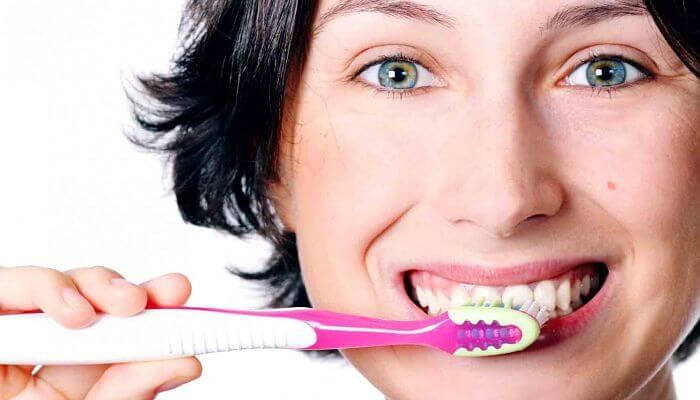 cepilla los dientes para combatir el mal aliento