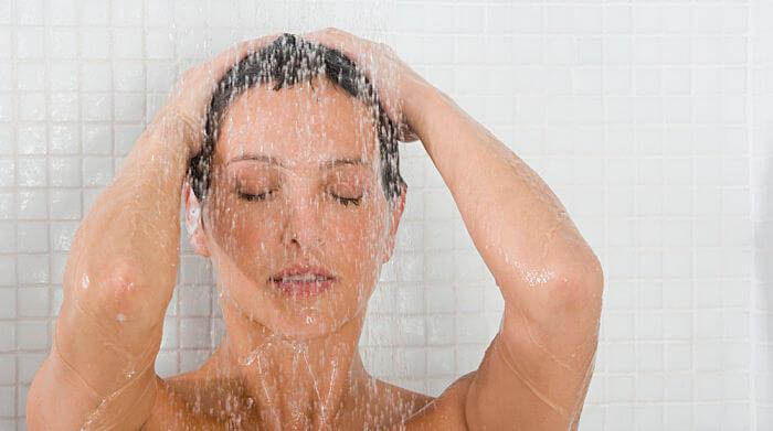 baño de agua tibia para bajar la fiebre