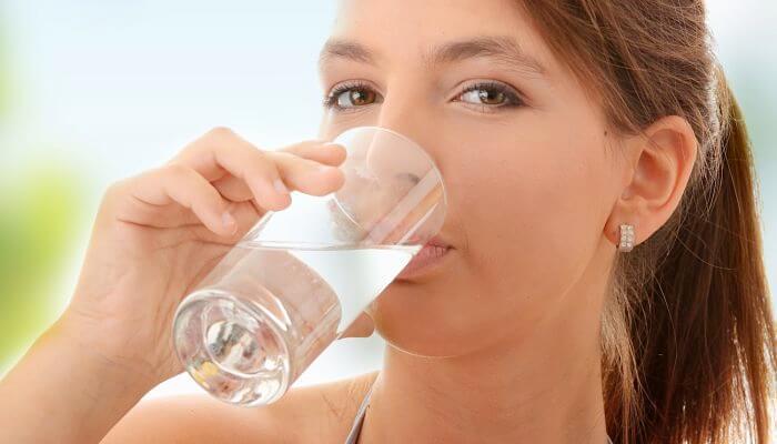 bebe agua fria para bajar la fiebre