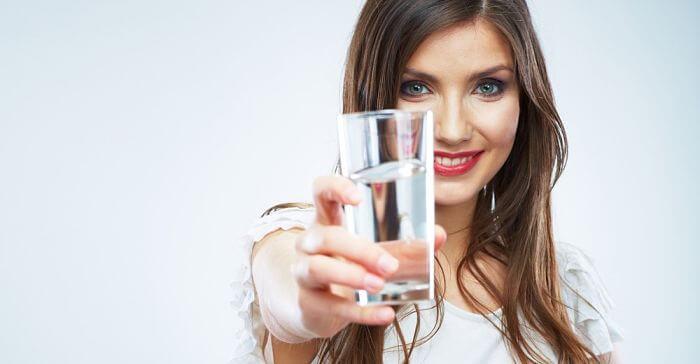 bebe agua para quitar el hipo