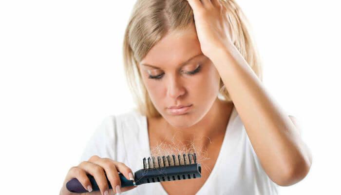 El tratamiento de la caída de los cabello a las mujeres a la intermitencia hormónica