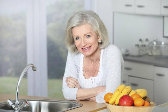 tener una buena alimentación es uno de los remedios caseros para las canas