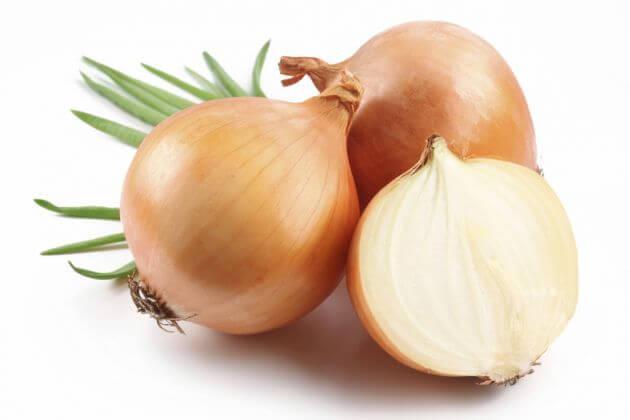 la cebolla es uno de los remedios caseros para las canas