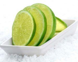 limon y sal como uno de los más efectivos trucos caseros para blanquear la ropa