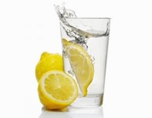 Agua oxigenada y limón efectivos trucos caseros para blanquear la ropa