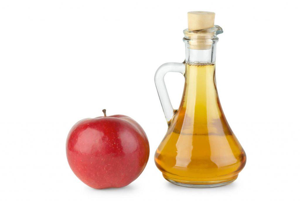 el vinagre de manzana como uno de los trucos caseros para blanquear la ropa
