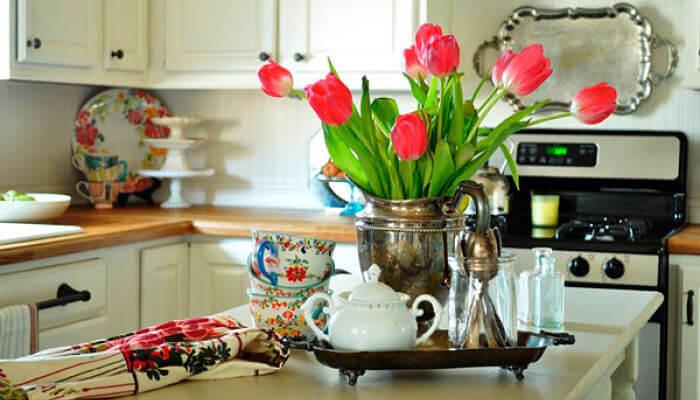 decora la mesa con flores