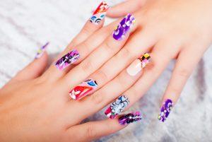 peligros de las uñas acrílicas