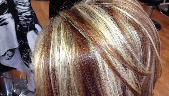 Mechas color chocolate en pelo corto rubio