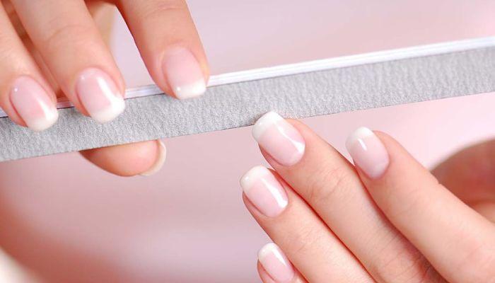 lima tus uñas antes de colocar los tips