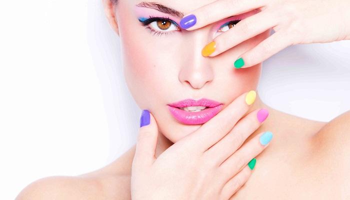 elementos para decorar uñas de colores