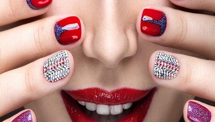 elementos para decorar uñas en rojo