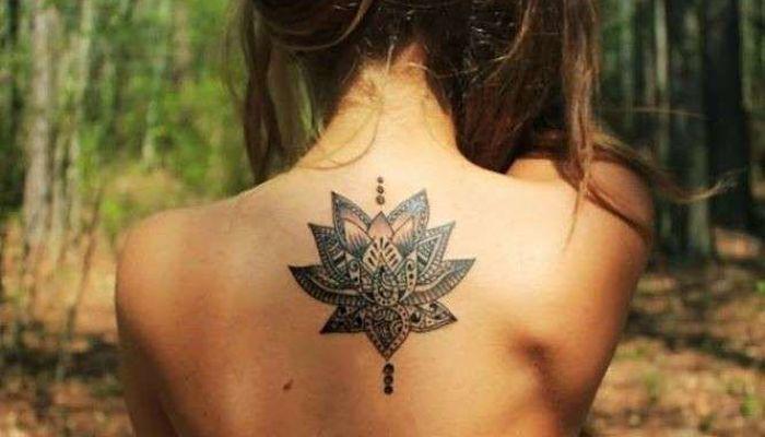 tatuajes en la espalda flor de loto