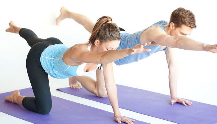 brazo opuesto alcance de pierna pilates