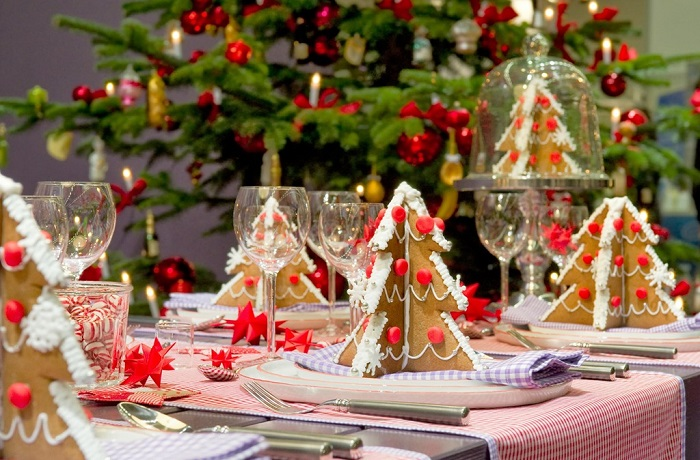 decoración de una mesa de navidad con galletas