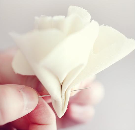 coser flores en accesorios para el cabello
