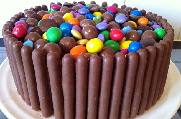 decorar pasteles sencillos con dedos de chocolate