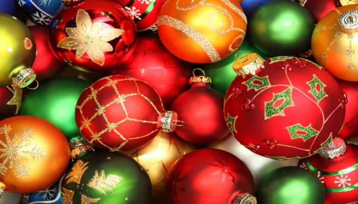 decorar un árbol de navidad con bolas