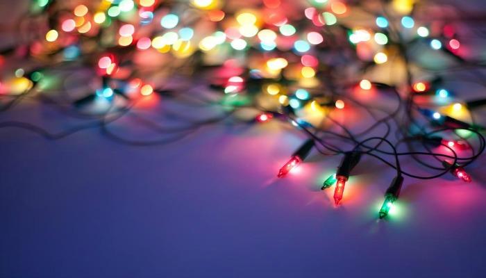 árboles de navidad decorados con luces