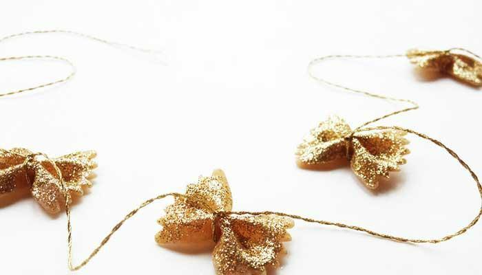 decorar un árbol de navidad con guirnaldas