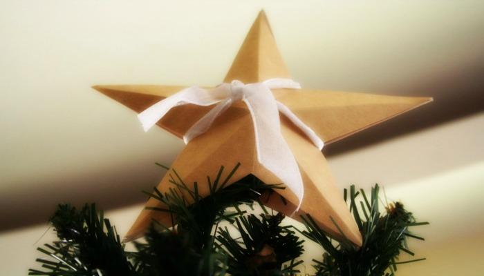 decorar las puntas de los árboles de navidad con estrellas
