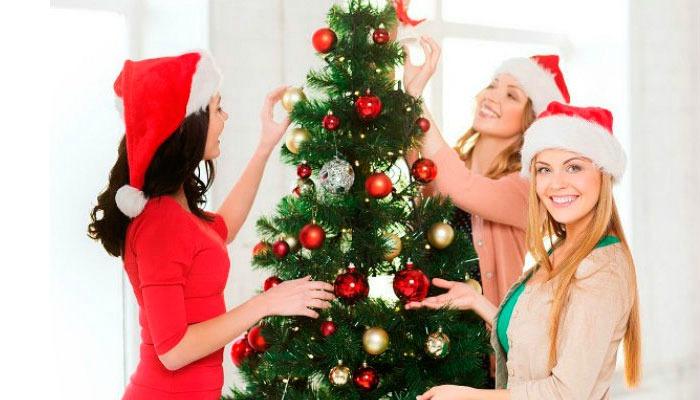 decorar con bolas árboles de navidad