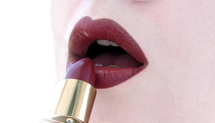 aplicación de maquillaje para piel con brillo