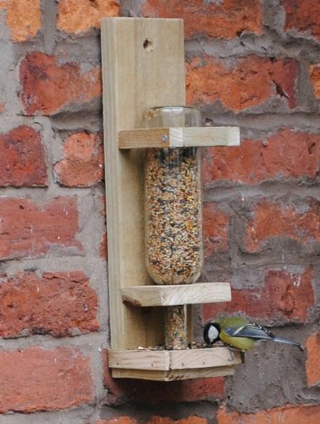 decorar botellas de vino como comedero para pájaros