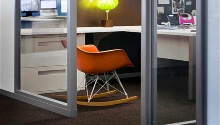 decorar una oficina pequeña con sillas