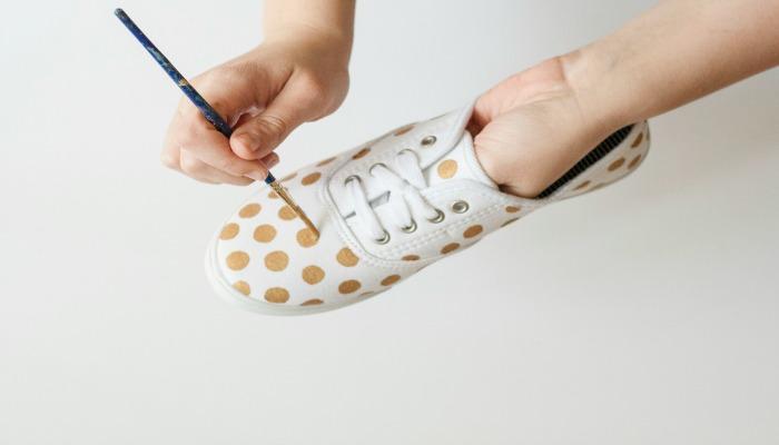 decorar zapatos viejos con lunares