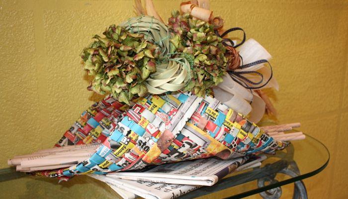 puedes realizar bisutería con el papel periódico